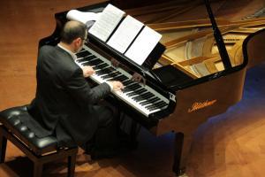 استقبال خاندان محجوبی و معروفی از پیانونوازی پویان آزاده